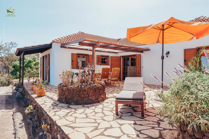 Für die Überwinterung in der Sonne, unser Ferienhaus bietet Schatten auf überdachter Terrasse, hohe kanarischen Decken, Kamin