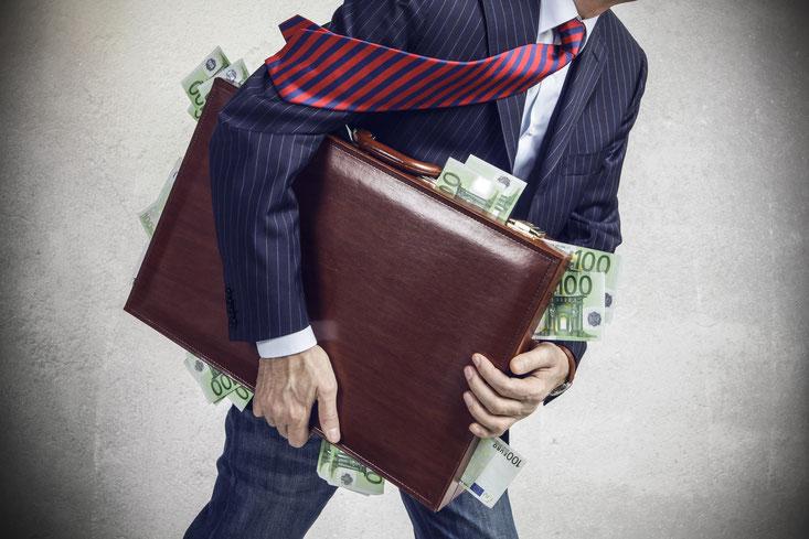 Mann mit Geldkoffer, Unterschlagung; Wirtschaftsdetektei Dänemark, Privatdetektei Dänemark