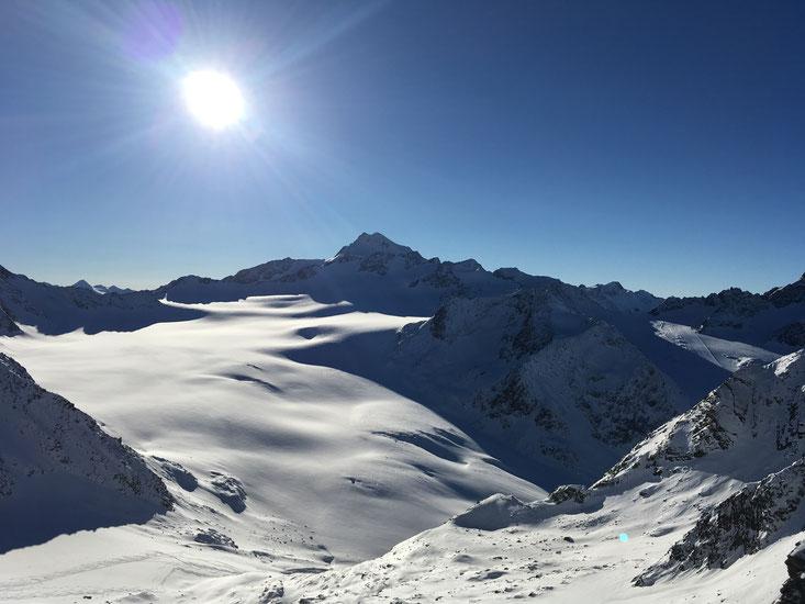 Blick vom Ötztaler Tiefenbachgletscher auf die Gletscherwelt des benachbarten Pitztales mit der Wildspitze als Krönung.