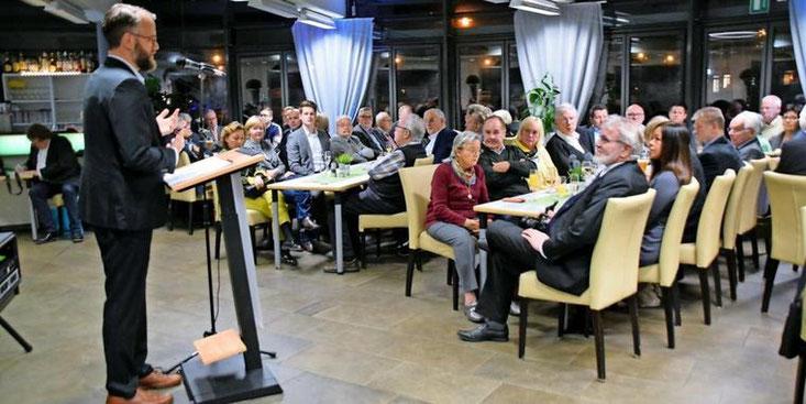 Der Stadtverbandsvorsitzende Björn Giesler begrüßt die Besucher beim Neujahrsempfang der CDU Garbsen. Quelle: Gerko Naumann (www.haz.de)