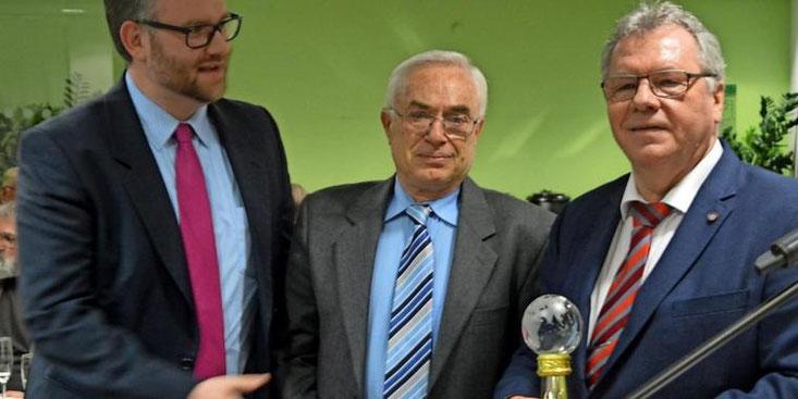 """""""Verdienste für die Integration"""": Ratsvorsitzender Hartmut Büttner (rechts) und CDU-Vorsitzender Björn Giesler (links) überreichen Giuliano Micheli (Mitte) den Efstathios-Chytis-Preis. Quelle: Linda Tonn (www.haz.de)"""