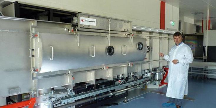 Das ist Maxima, die größte Beschichtungsmaschine im Frielinger Unternehmen Laseroptik. Geschäftsführer Wolfgang Ebert hat sie selbst entworfen. Quelle: Bernd Riedel (www.haz.de)