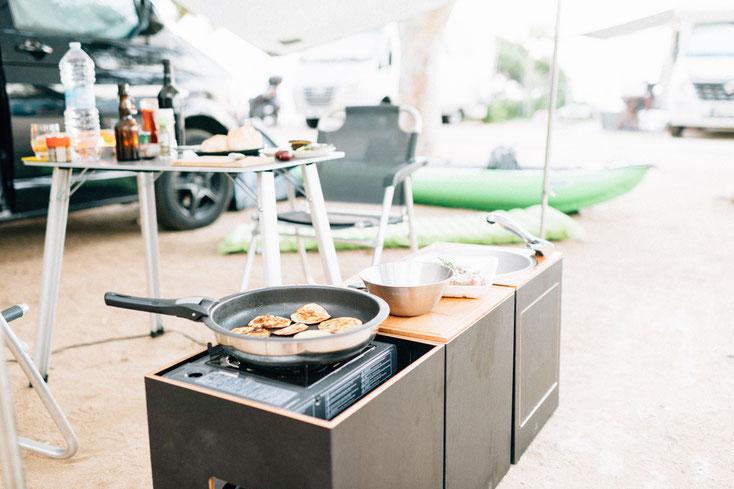 Kochen mit Camping Module vor dem Campingbus