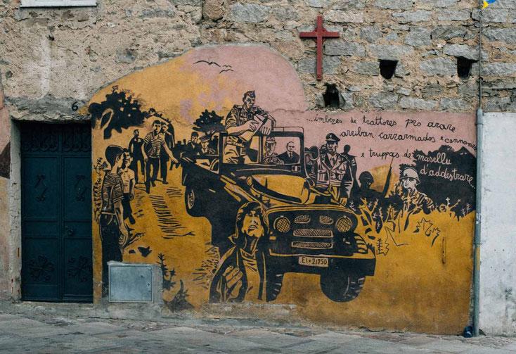 Malereien auf den Wänden der Häuser von Orgòsolo