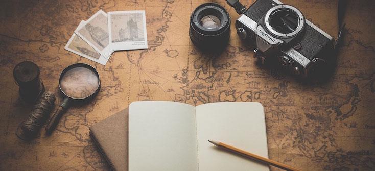 Fotoapparat, Linse, Lupe, Bilder, Notizbuch, Zwirnrolle, Bleistift