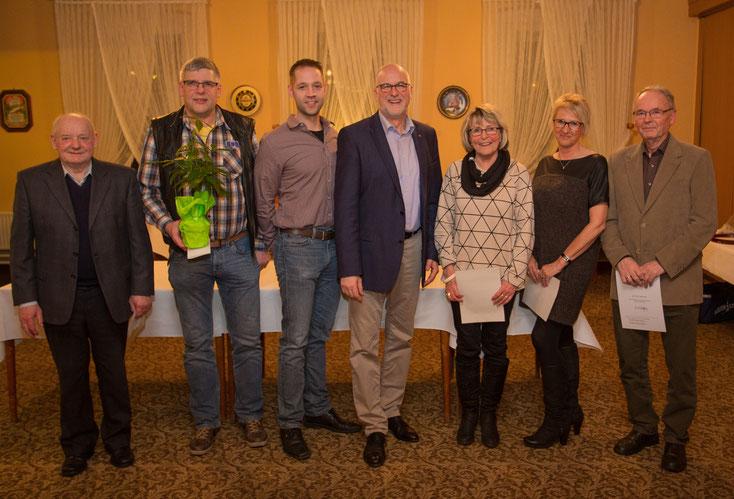 Die Gewinner der Reisen und der Grünkohlkönig zusammen mit dem OV Vorsitzenden Johann Hansen (Mitte)