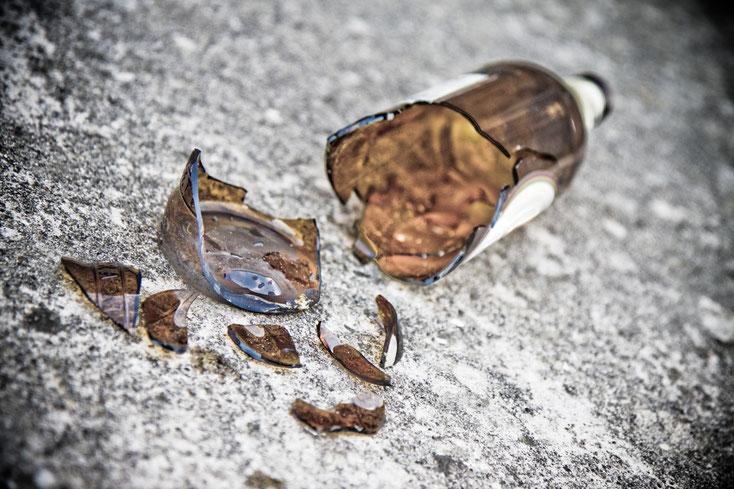 zerbrochene Bierflasche auf dem Boden; Unterhalt, Sorgerecht, Privatdetektei Dortmund, Privatdetektiv