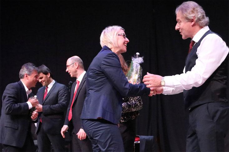 5. Mai 2018: Herzliche Gratulation und ein Dankeschön von Vizebürgermeisterin Mag. Gabriele Modl an Hannes Rathammer, der alle großen Hits von Udo Jürgens so sang, als wäre der unvergessliche Weltstar selbst auf der Bühne gestanden.