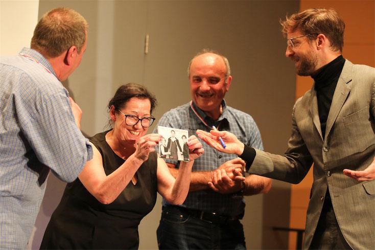 """7. Oktober: Welch eine Gaudi für alle beim """"Crossnova""""-Musik-Kabarett-Abend zum Schieflachen, welch eine Freude bei Rosmarie Nagl: Prof. Dr. Maringer überreicht ihr hier nach einem Musikhör-Wettbewerb eine CD."""