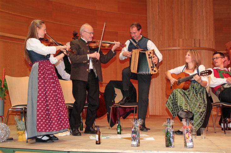 9. November 2019: Volksmusiklegenden unter sich – beim Dämmerschoppen unter anderem mit Franz Posch und Volker Derschmidt im Veranstaltungszentrum.