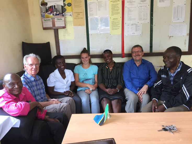 Dr. Grasbon und ein Teil des Teams zusammen mit der Hospitalleitung (vl: Olaf Msuha, Dr. Winfried Grasbon, Dr. Yustina Tizeba, Janina Grasbon, Merce Sila, Hans Wojta, Vitus Mgaya)