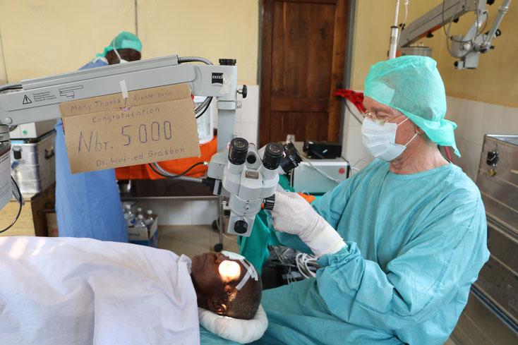 Dr. Grasbon bei seiner 5000. Operation in Afrika