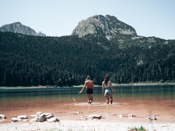 """Umgeben von dichten Wäldern und Bergmassiven - der """"Crno Jezero"""""""