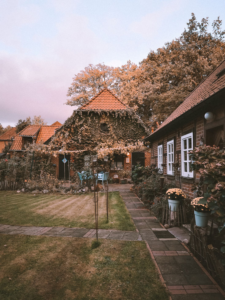 Geradeaus befindet sich die FeWo - rechts im Bild das Wohnhaus der netten Gastgeber