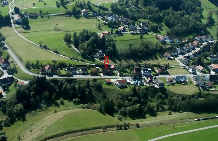 In mitten der wunderschönen Schwarzwaldlandschaft liegt in der Bildmitte unser Haus mit der sehr schönen **** Sterne Ferienwohnung