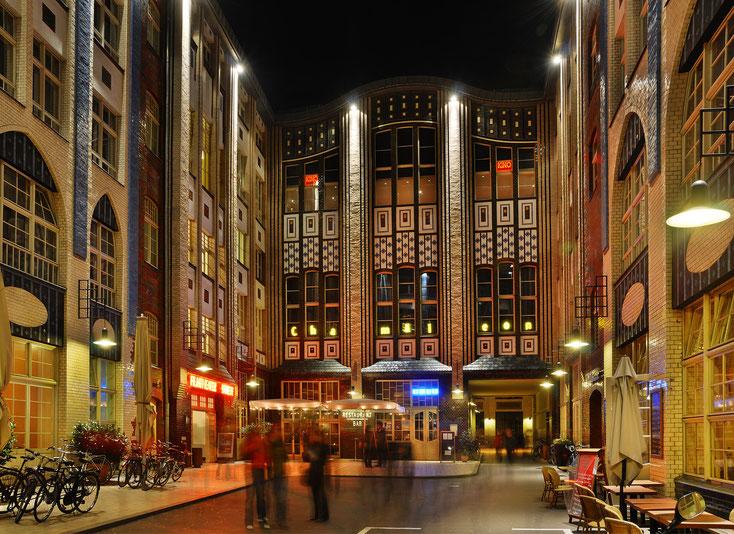 Ansicht der Hackeschen Höfe in Berlin bei Nacht, Kurtz Detektei Berlin