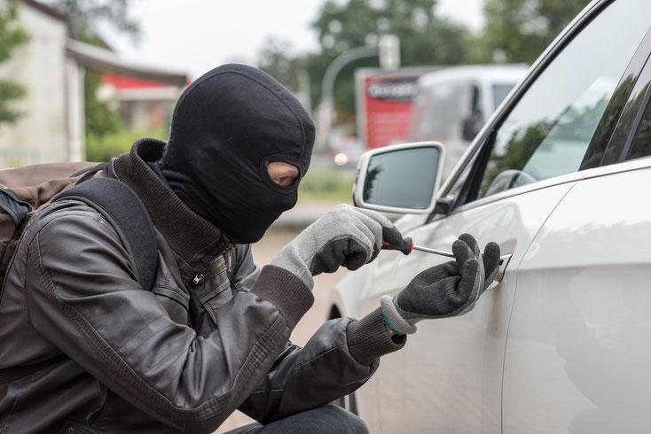 Fahrzeugrückführung Kurtz Detektei Berlin; maskierter Einbrecher versucht, Auto zu öffnen