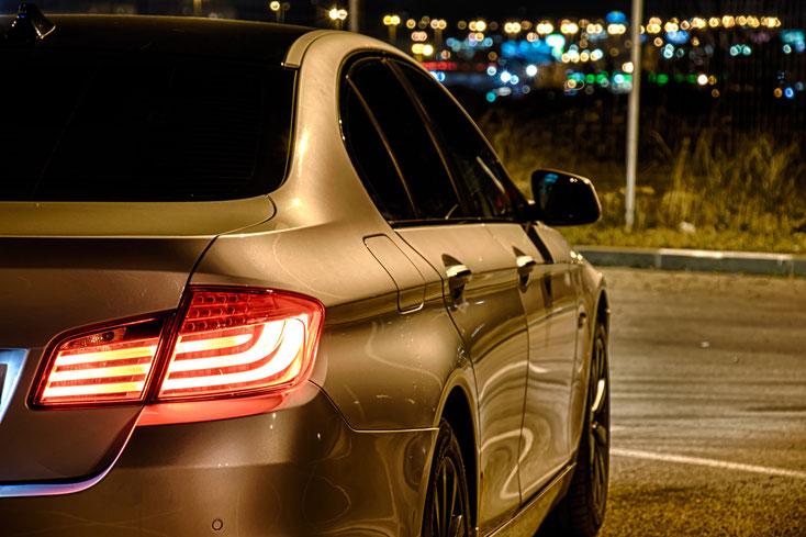 Stehender Luxuswagen, verdunkelte Scheiben; Detektei Brügge, Detektiv Brügge, Privatdetektiv Brügge