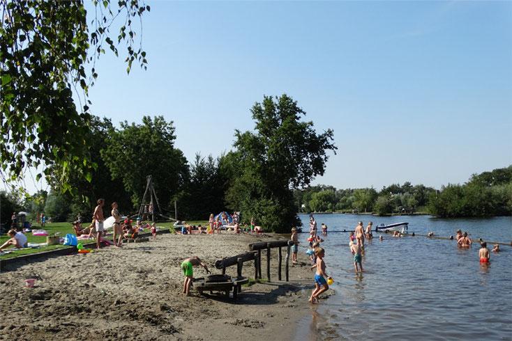 Spelende kinderen zandstrand zomer