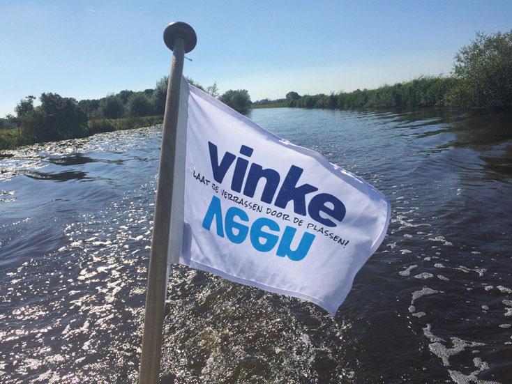 Vinkeveense vlag achter boot