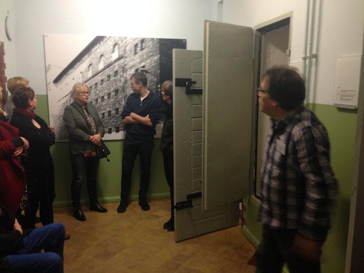 Dr. Andre Gursky führt Teilnehmer der Gedenkstättenkonferenz durch den SBZ/DDR-Teil der Dauerausstellung der Gedenkstätte ROTER OCHSE Halle