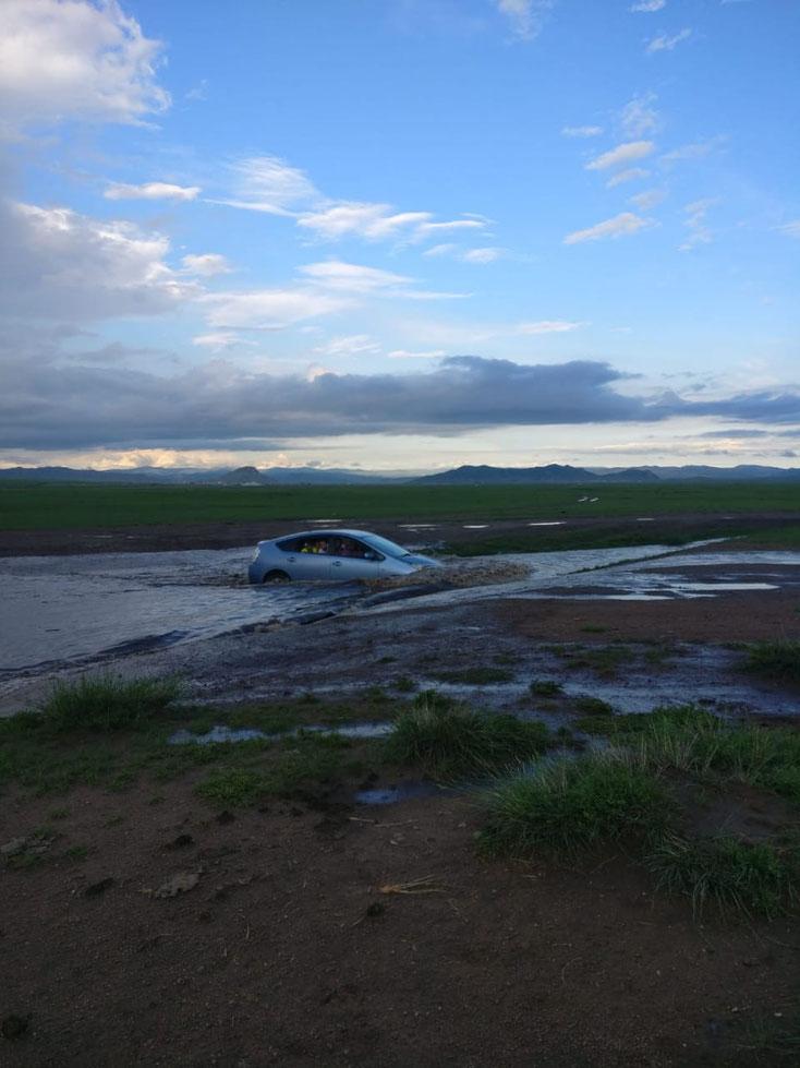 Seid wir da sind hat es viel geregnet. Wir haben also Regen mitgebracht. Da es in der Mongolei selten regnet, sind wir dadurch Glücksbringer. Wenn man unterwegs ist macht es das Fortkommen nicht einfacher. Die kleinen Flüsse führen mittlerweile viel Wasser