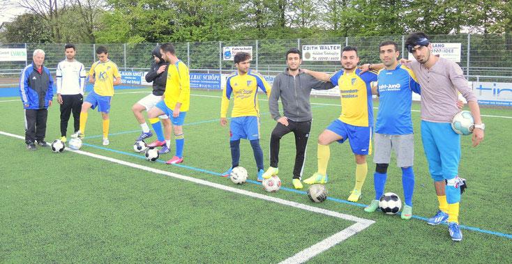Die aktuelle Mannschaft. Manchmal in den letztene zwei Jahren waren bis zu 40 Flüchtlinge beim Training. (2 Fotos: Kalle Schillings)