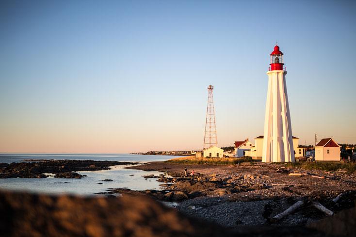 Photo du Phare blanc du site historique maritime de la Pointe-au-Père à Rimouski Québec Canada au coucher de soleil par Marie Deschene Photographe