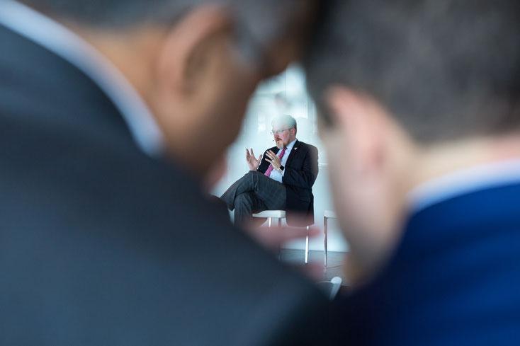 Photographie d'un conférencier durant le congrès de Texas Lyceum encadré par deux têtes de participants au Centre des sciences dans le Vieux-Montréal par Marie Deschene - Pakolla