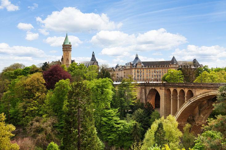 Pont Adolphe mit dem dominanten Turm der Staatsbank und Staatssparkasse Luxemburg. Ermittlungen im Großherzogtum unterscheiden sich oft stark von Einsätzen in Deutschland.