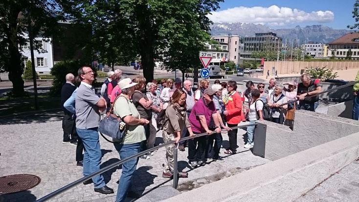 Wir warten auf den Bus. Von Meersburg geht es mit der Fähre weiter nach Konstanz. Wir wollen auf die Mainau.