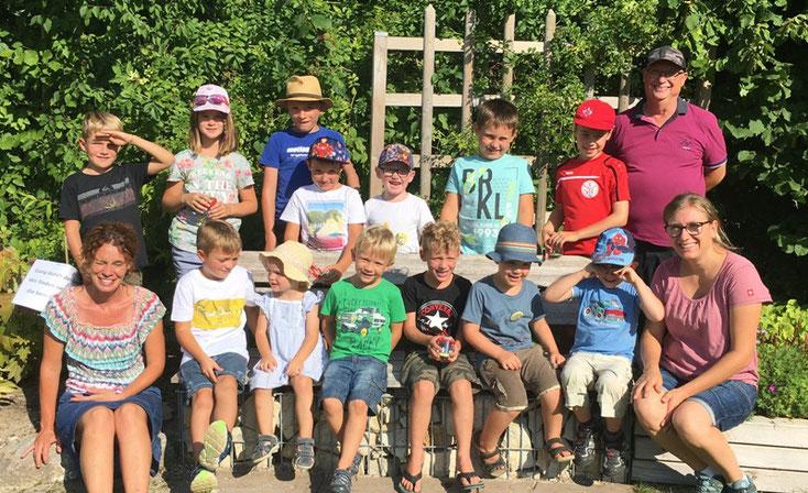 """Gruppenfoto der """"Gründungsmitglieder"""", die am Sommerfest teilnehmen konnten."""