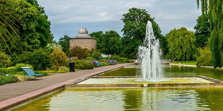 Springbrunnen in der Wasserachse im Egapark, links im Hintergrund ein Turm