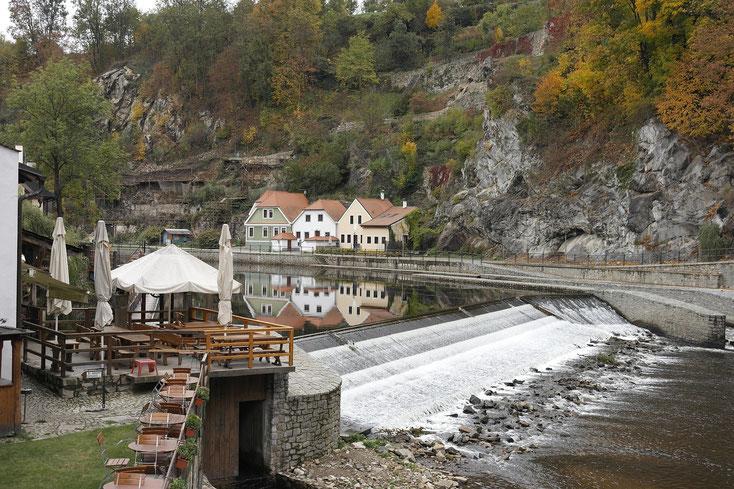 Krumau liegt an der Moldau - Blick auf den Fluß.