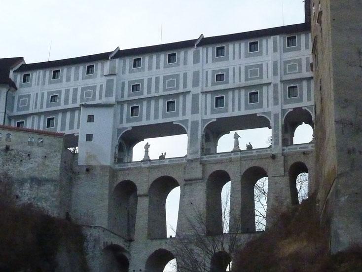 Dreistöckige Verbindungsbrüche zwischen Burg und Schloss Krumau an der Moldau
