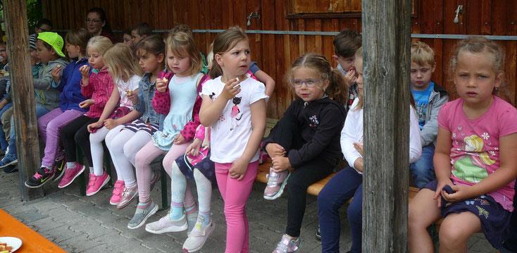 Obst ist gesund   -   die ersten Kinder lassen sich die Äpfel schmecken.