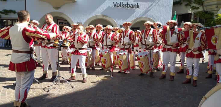 Zeitgleich mit unserer Stadtführung war ein Spielmannszug für eine Benefizveranstaltung in Meersburg unterwegs.