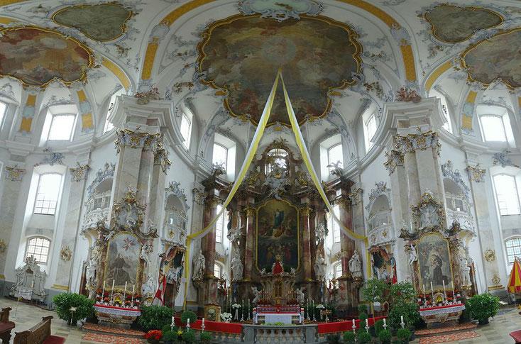 Prächtig geschmückter Altar der Basilika Vierzehnheiliegn