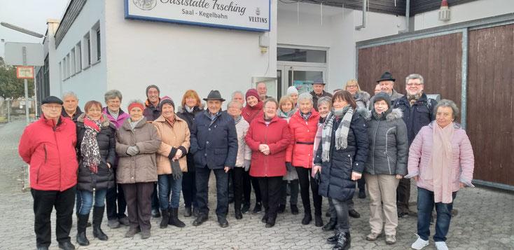 Winterwanderung 2020  -  Fotoaufnahme mit dem Handy von Inge Wolfsteiner durch den Wirt der Warmbad-Gaststätte Irsching