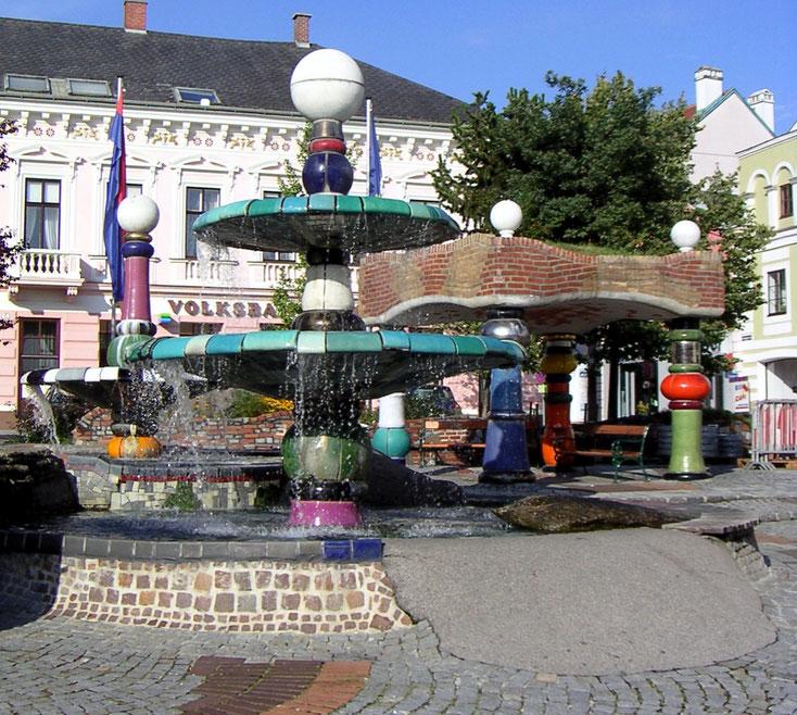 Der Hundertwasserbrunnen ziert dden Marktplatz in Zwettl