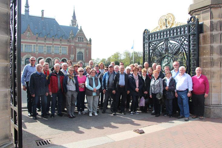 Am Friedenspalast in Den Haag stellte sich die Reisegruppe auch für das obligatorische Gruppenfoto auf.