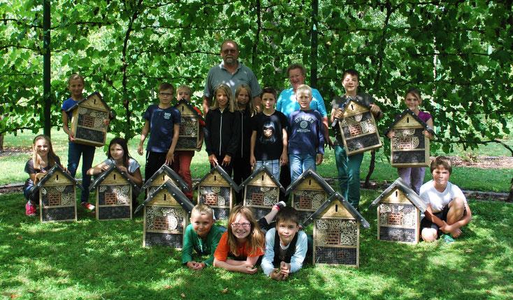 Stolz präsentieren die Kinder ihre fertigen Insektenhotels.     Foto: Susanne Lamprecht