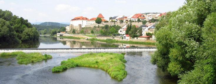 Kadan von der Eger aus gesehen - das große Gebäude links ist die Burg Kaaden