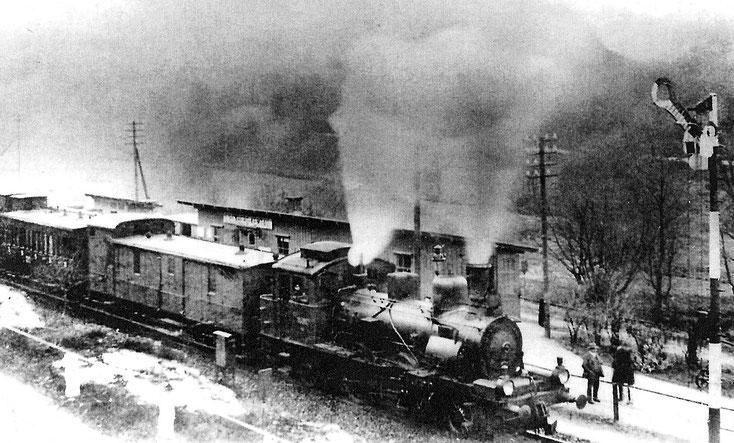 Personenzug mit einer Sächsischen IV T am Haltepunkt Eibenberg-Kemtau 1910 Quelle: Buchdruckerei-Museum Burkhardtsdorf