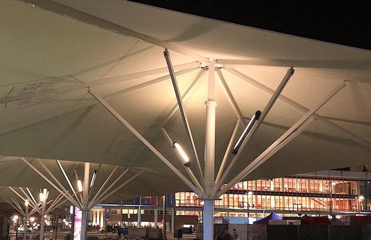 Beleuchtung ohne Kabel für Schirme auf der Gastronomie-Terrasse