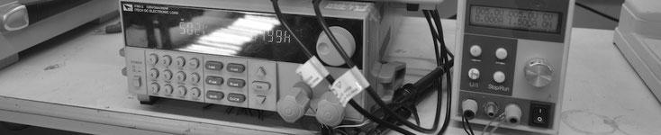 Qualitätskontrolle der kabellosen LED-Beleuchtung nach der Fertigstellung im eigenen Betrieb