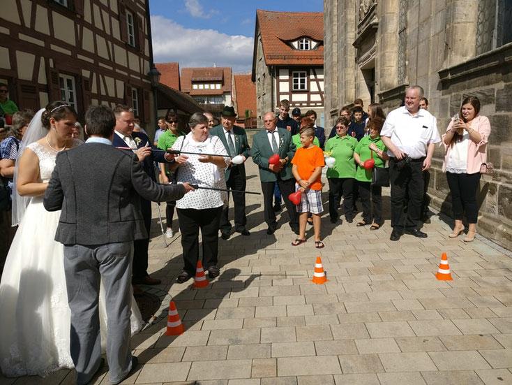 Blasrohrschießen um die Schlüsselgewalt - Jürgen hatte die Nase vorn                 Bild: Jana u. Jürg Seybold
