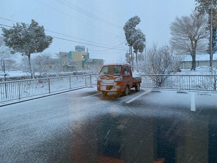 雪景色の中の軽トラ