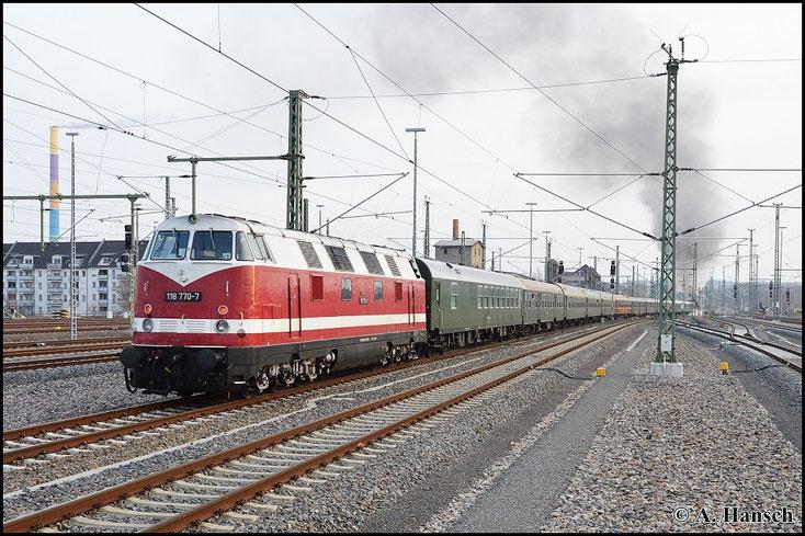 """""""Angstlok"""" 118 770-7 am Zugschluss verzichtet noch auf ihre Mithilfe. Für die beiden Dampfer ist auch ein Zug dieser Länge kein Problem"""