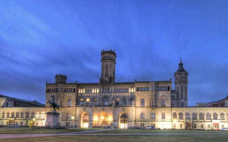 Leibniz-Universität Hannover (ehemaliges Welfenschloss) in der Dämmerung; Detektive der Kurtz Detektei Hannover